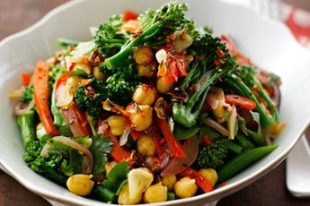 Salad of broccoli and chickpeas recipe