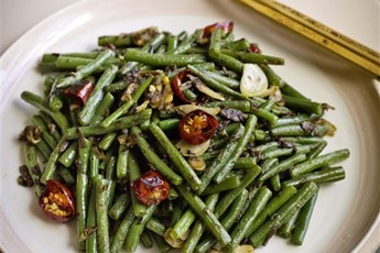 Sichuanese `dry-fried' green beans recipe